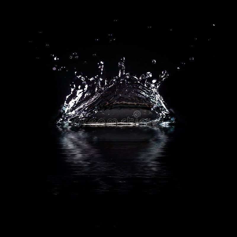 Выплеск воды изолированный на черной предпосылке. бесплатная иллюстрация