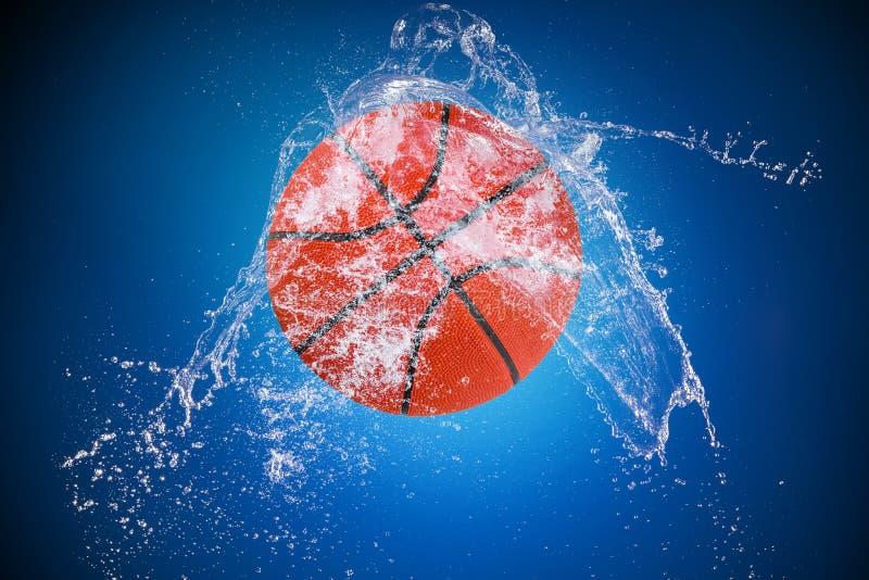Выплеск воды с шариком спорта стоковое фото