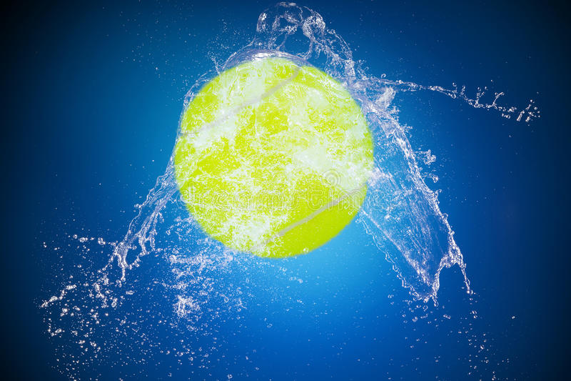 Выплеск воды с шариком спорта стоковое изображение rf