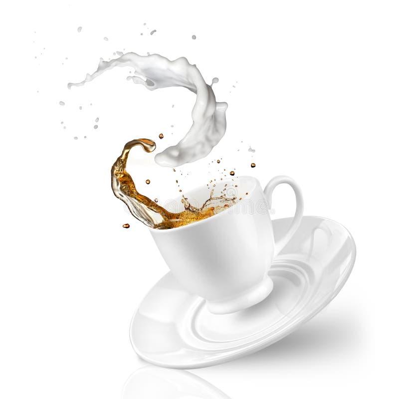 Выплеск чая с молоком в падая чашке изолированной на белизне стоковое изображение rf