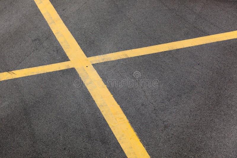 выравнивает желтый цвет проезжей части стоковое изображение rf