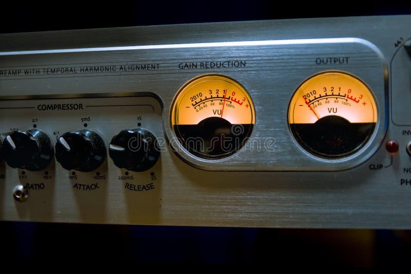 Выравниватель ядрового смесителя с много кнопок и метром vu в recordin стоковое изображение