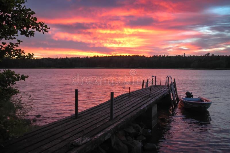 Выравнивать атмосферу на гольфе Финляндии Шлюпка и seagul на моле стоковое фото