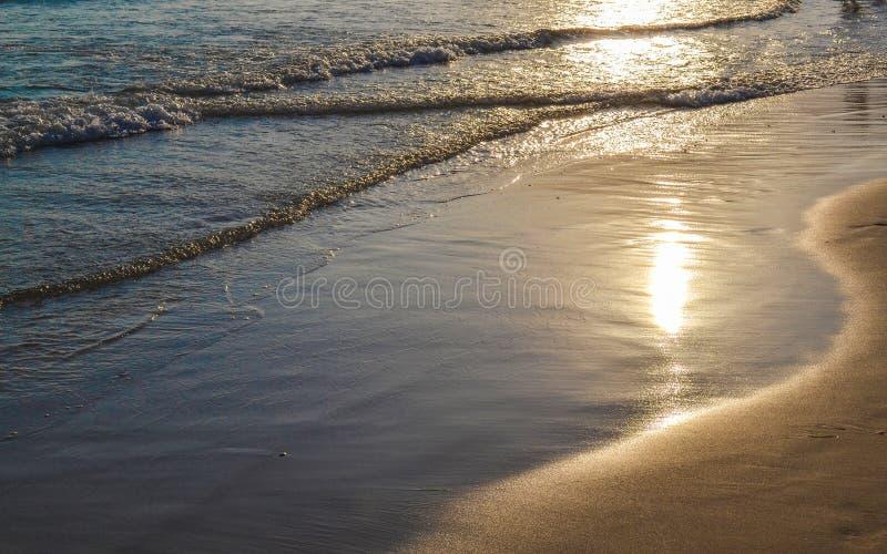 Выравнивать затишье развевает в песке Солнце отражено в воде стоковое изображение