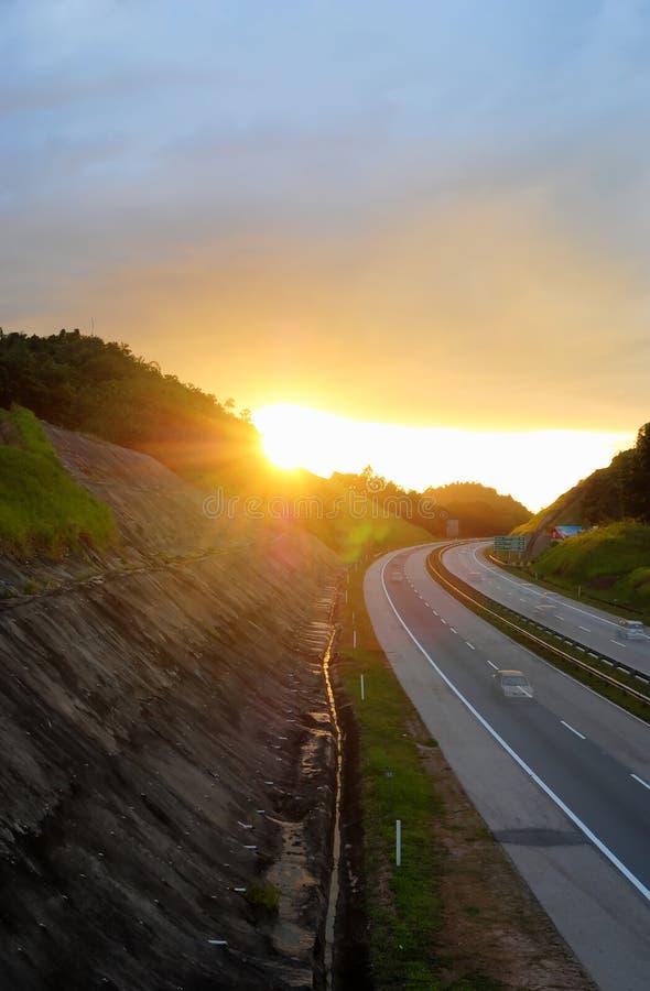 Выравнивать заход солнца на шоссе стоковая фотография