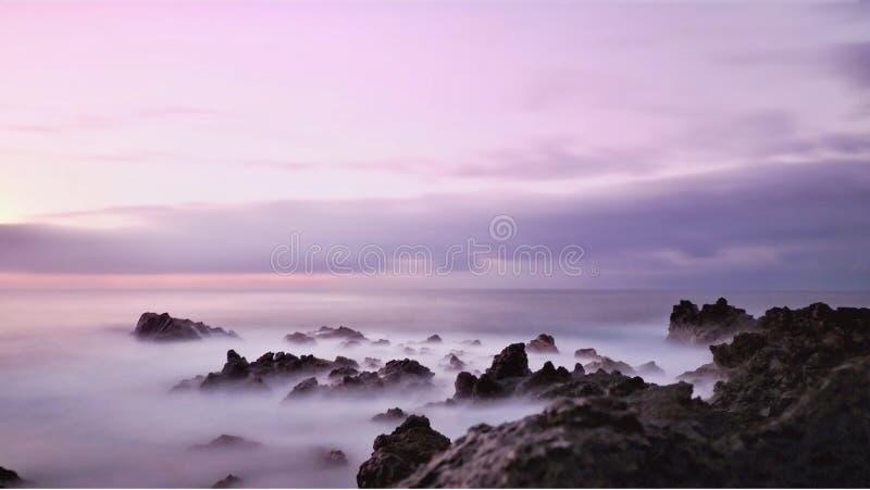Выравнивать настроение на Атлантическом океане в нежных пурпурных то стоковые изображения