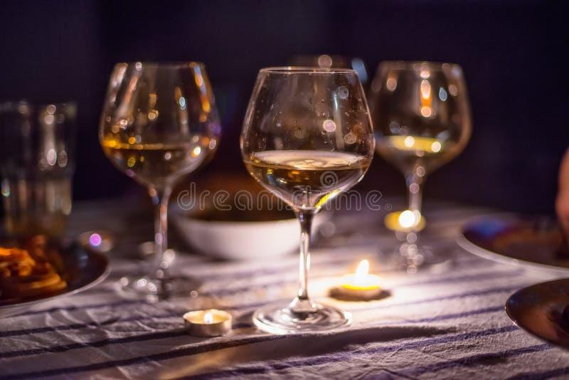 Выравнивать обедающий свечи светлый с вином стоковое фото rf