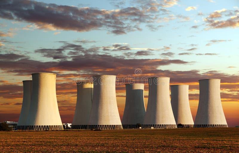 Выравнивать покрашенный взгляд захода солнца атомной электростанции стоковые изображения