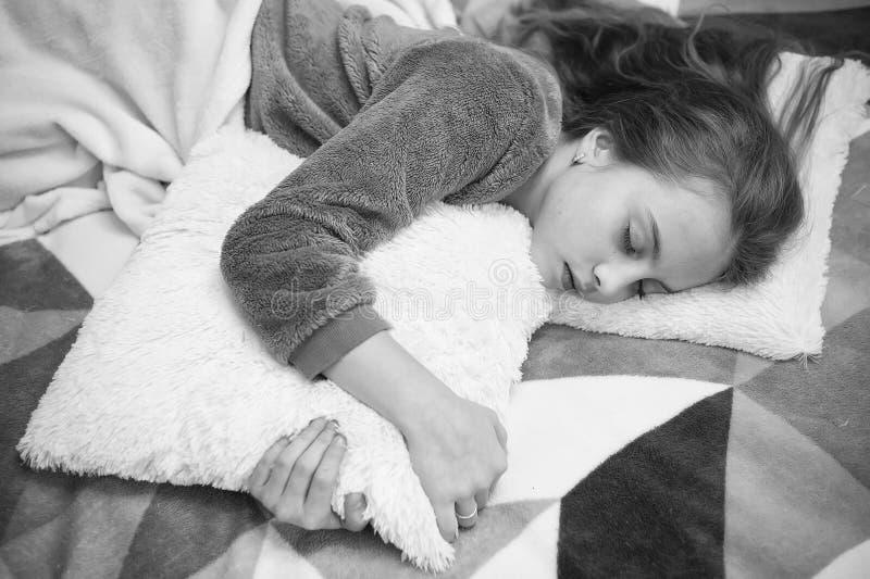 Выравнивать релаксацию перед сном Концепция ухода за детьми Приятная релаксация времени Психические здоровья и позитивность Напра стоковые фотографии rf