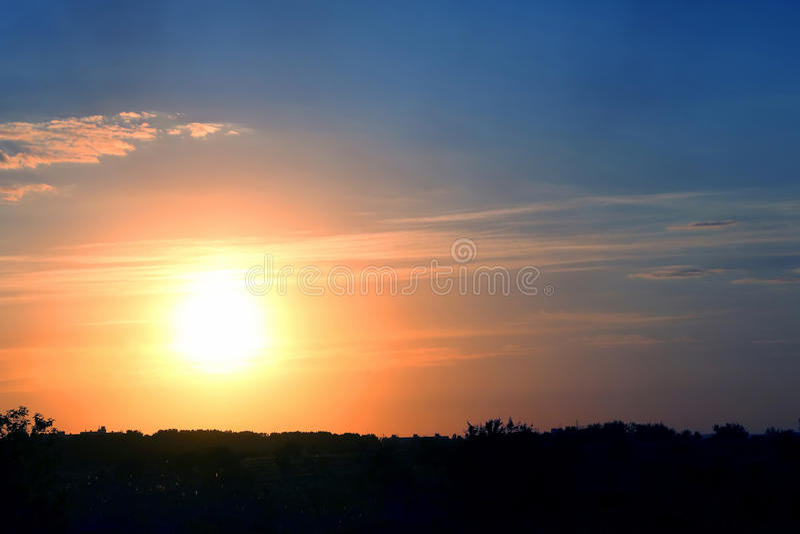 Выравнивать яркий заход солнца над городом стоковое изображение rf