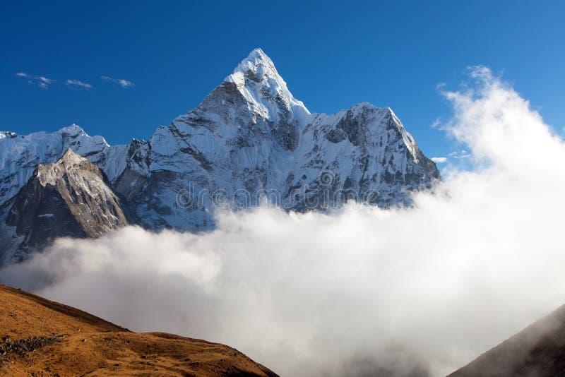 Выравнивающ держатель Ama Dablam взгляда на пути к базовому лагерю Mount Everest, долине Khumbu, Solukhumbu, национальный парк Sa стоковое фото rf