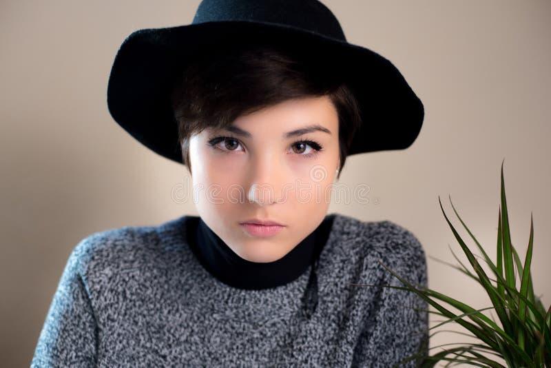 Выражение человеческого лица нейтральное милой молодой женщины стоковые изображения rf