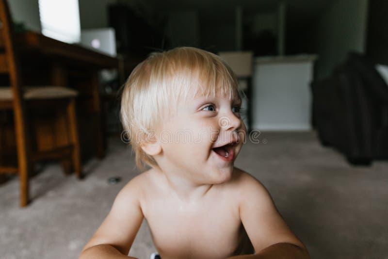 Выражения стороны мальчика ребенк малыша прелестной милой маленькой длинной блондинкы с волосами голубые наблюданные возглавляют  стоковое фото rf