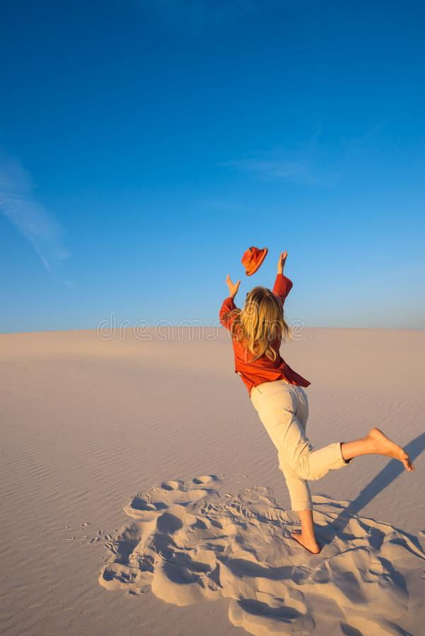 Выразительная молодая женщина, блондинка бежит через пустыню стоковые изображения rf