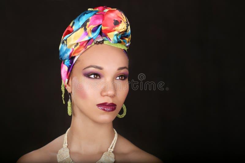 Выразительная красивая Афро-американская женщина с драматическим Lighti стоковое фото