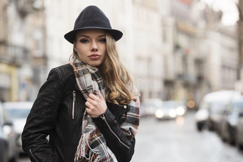 Выразительная сладостная девушка в городском стиле стоковые изображения