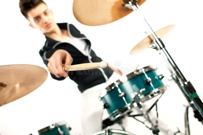 Выразительный молодой барабанщик играя на барабанчиках с ручкой барабанчика стоковая фотография rf