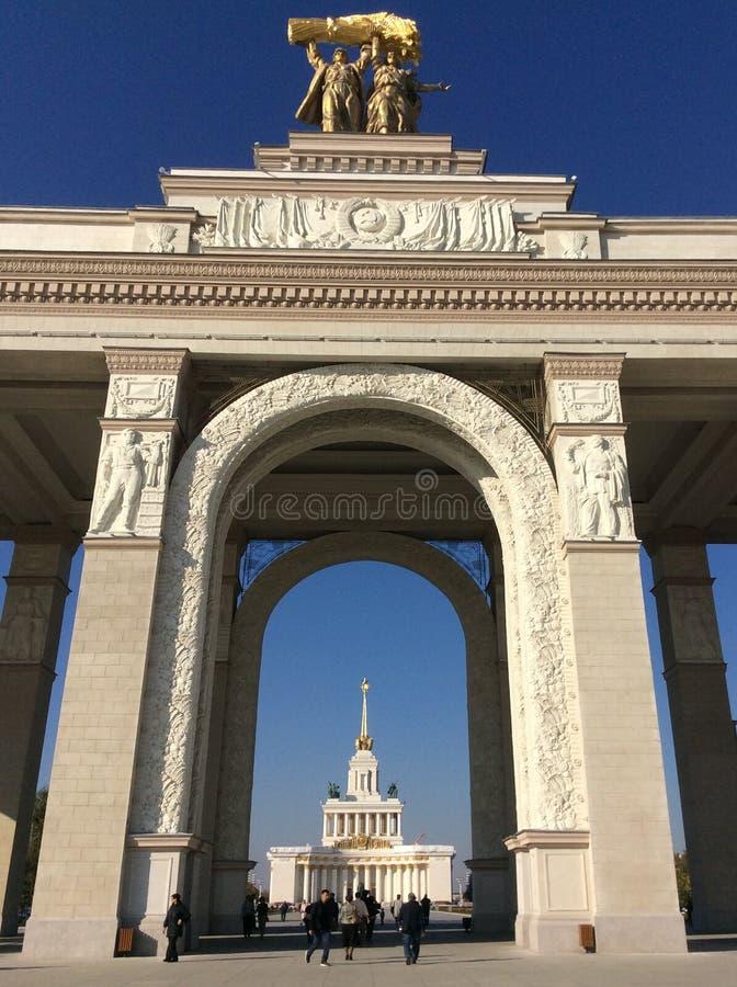 Вырастите в питательной среде взгляд Pavillion через въездные ворота к VDNH VVC, Москва стоковое фото