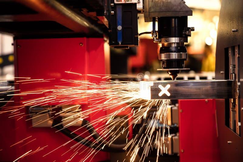 Вырезывание искр металлического листа летает от лазера автоматическим режа CNC стоковая фотография rf