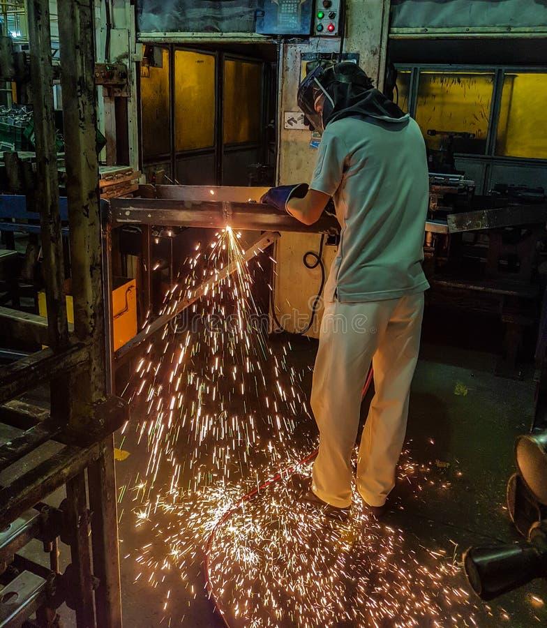 Вырезывание металла с ацетиленовой горелкой стоковые изображения rf