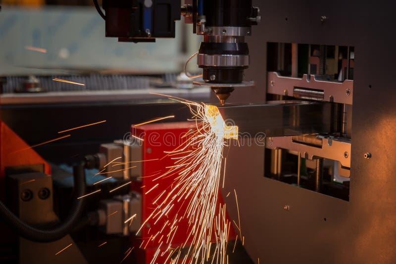 Вырезывание металлического листа Искры летают от лазера автоматическим cutti стоковые фотографии rf