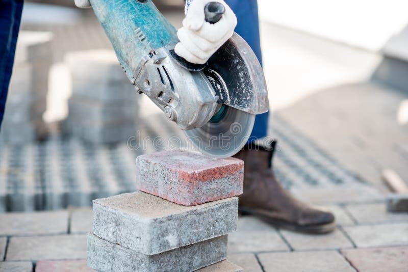 Вырезывание построителя вымощая плитки стоковое изображение
