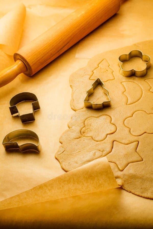Вырезывание различных форм печений пряника стоковые фото
