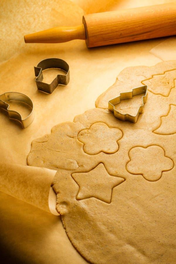 Вырезывание различных форм печений пряника стоковое фото