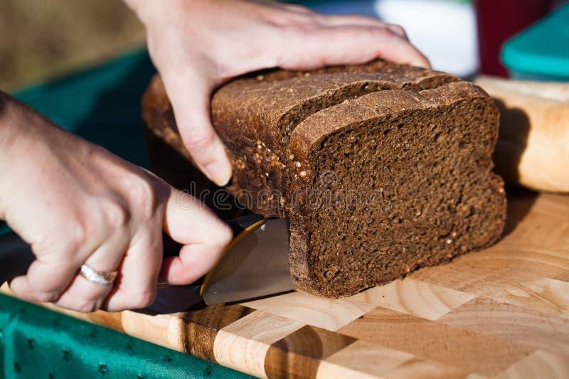 вырезывание хлеба стоковая фотография