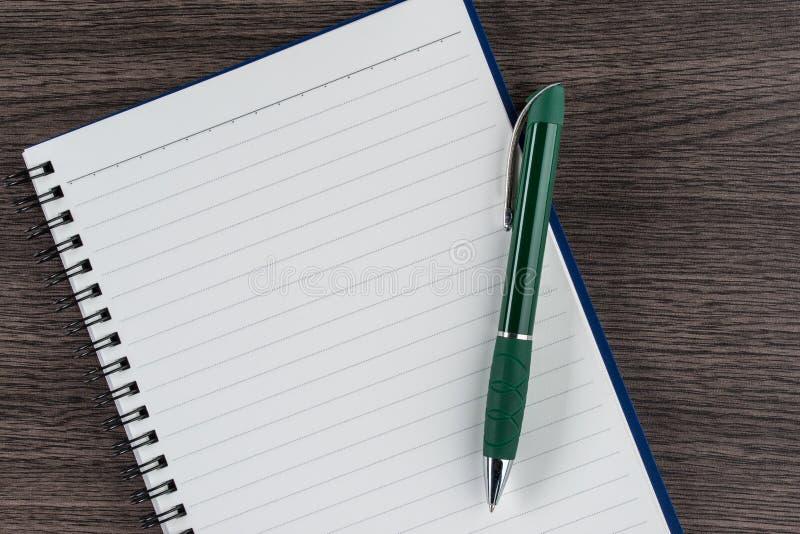 Выровнянные тетрадь и ручка, меморандум напоминания памятки контрольного списока стоковое фото rf