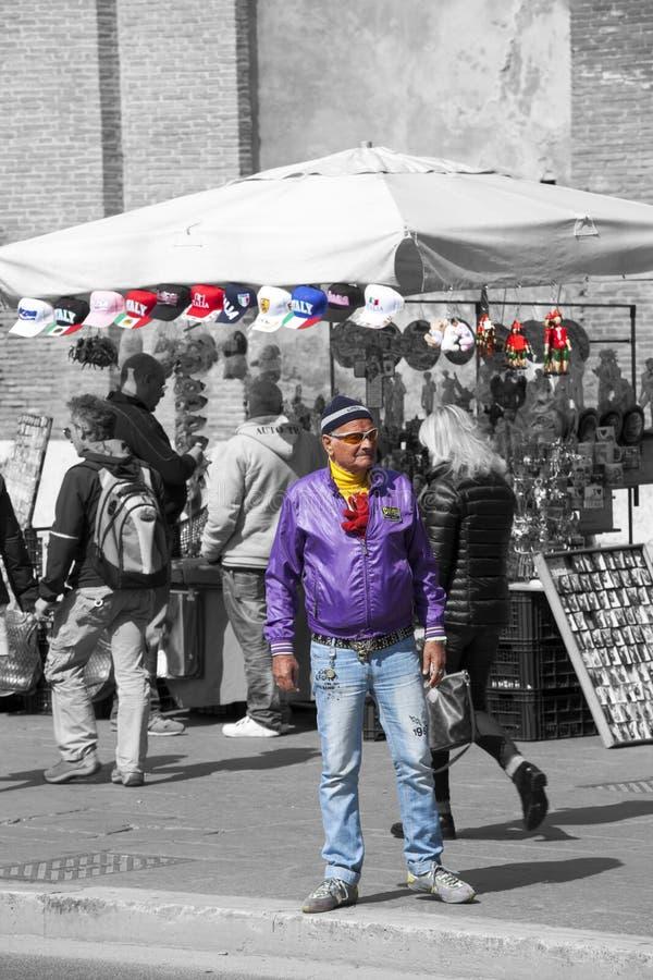 Выросли человек одел в необыкновенном пути в Риме, Италии стоковые фото