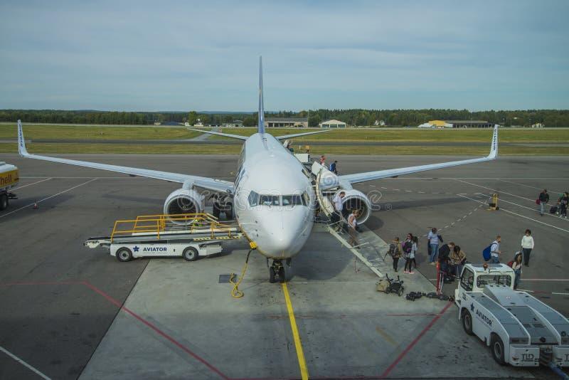 Download Высаживаться пассажиров редакционное фотография. изображение насчитывающей самолета - 33729482