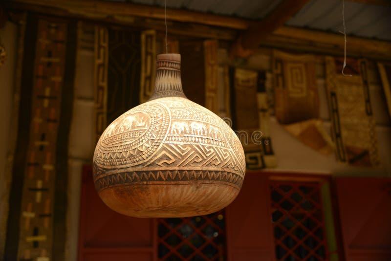 Высекаенная декоративная африканская смертная казнь через повешение сосуда тыквы на столбе стоковые изображения