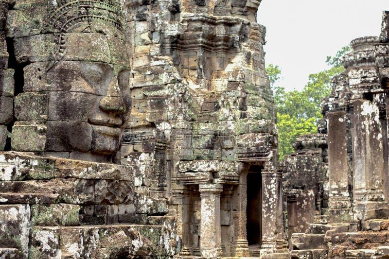 Высекаенная каменная сторона старого буддийского виска Bayon в комплексе Angkor Wat, Камбодже Камбоджийское место интереса стоковая фотография rf