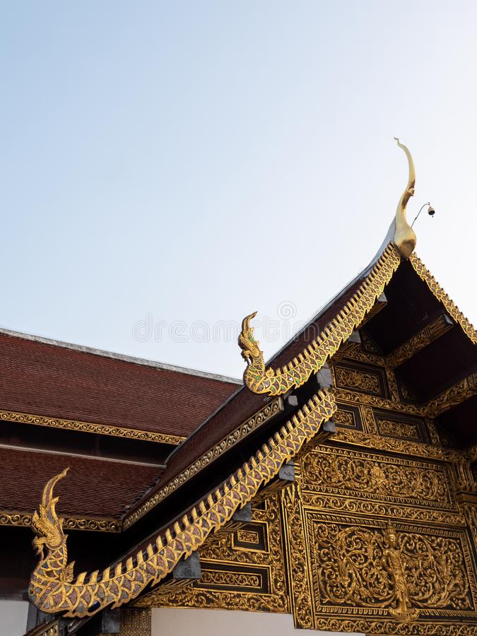 Высекаенная картина в традиционном тайском стиле на щипце стоковая фотография rf