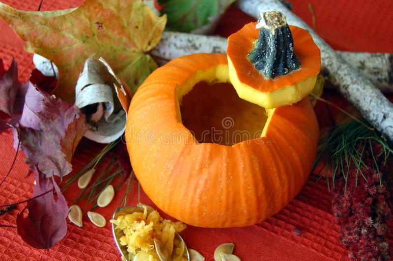 Высекаенная открытая тыква хеллоуина стоковое фото rf