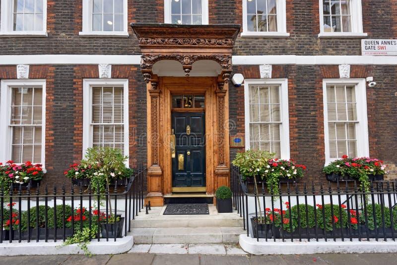 Высекаенное крылечко здания группы полдня Вестминстер, Лондон, Великобритания стоковое изображение rf