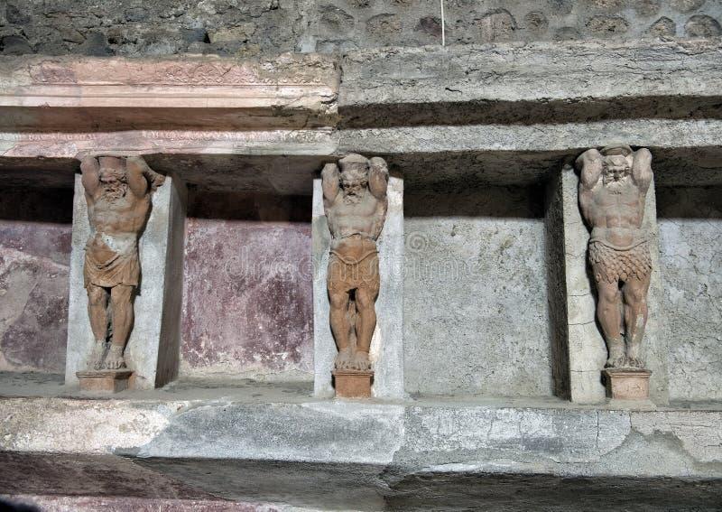 Высекаенные диаграммы и ниши где поставки ванны, который хранят в бане остаются, Di Pompei Scavi стоковая фотография rf