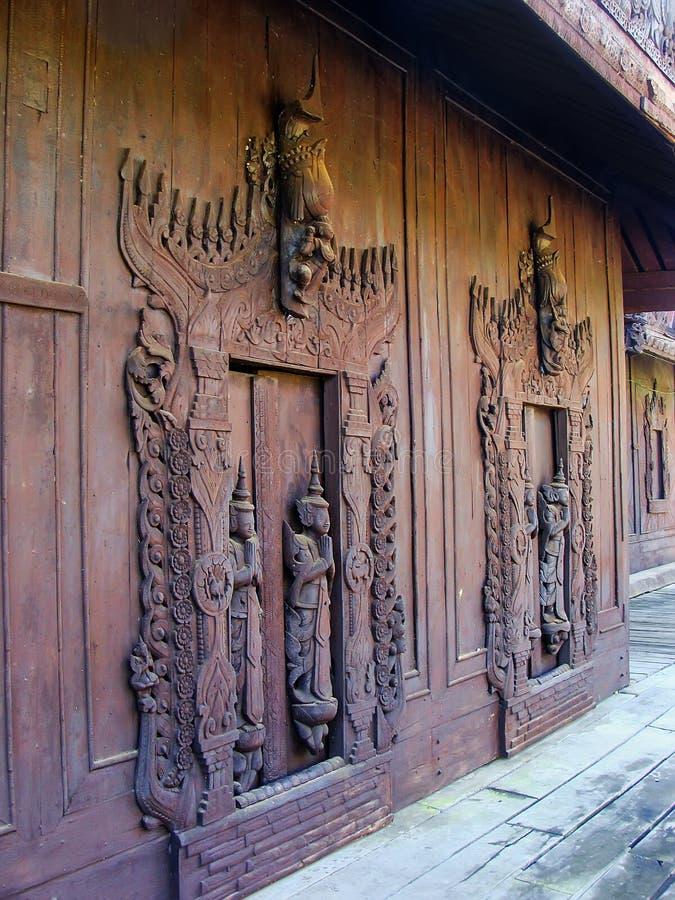 Высекаенные деревянные двери на Shwe в монастыре Kyaung ящика в Мандалае, стоковое фото rf