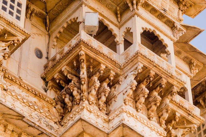Высекаенные стены экстерьера песчаника дворца udaipur со сводами, балконом и окнами стоковая фотография rf