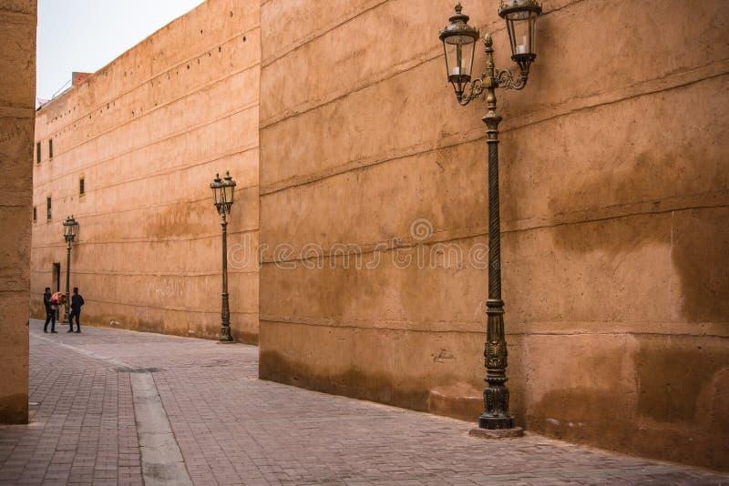 Высекаенные фонарики и старая стена в переулке Марокко стоковое фото rf