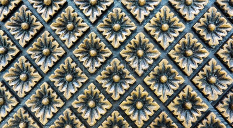 Высекаенный винтажный цветочный узор стиля в форме прямоугольника на деревянной предпосылке для материала мебели стоковое фото