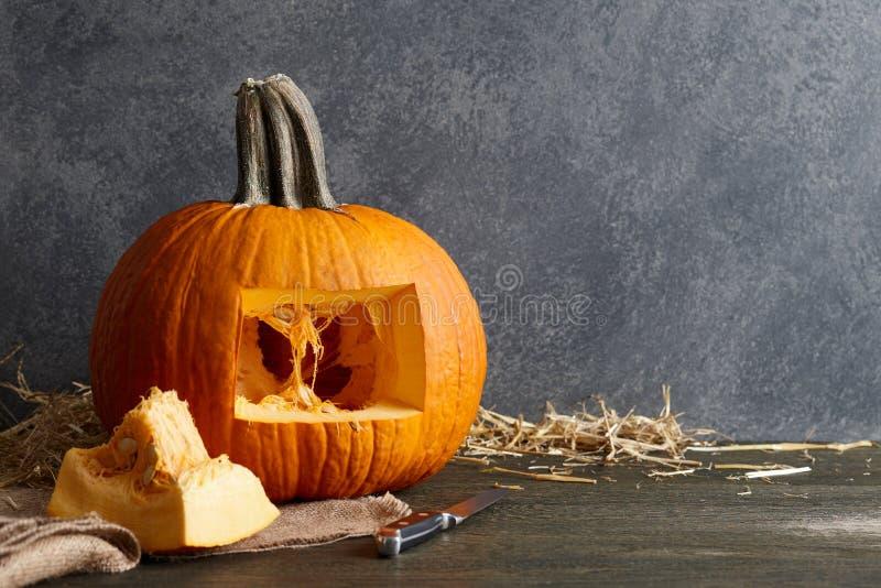 Высекать тыкву хеллоуина в Джек-o-фонарик, конец вверх по взгляду стоковые фотографии rf