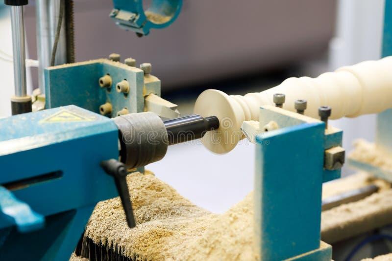 Высекать штендер banister в woodturning токарном станке стоковая фотография rf