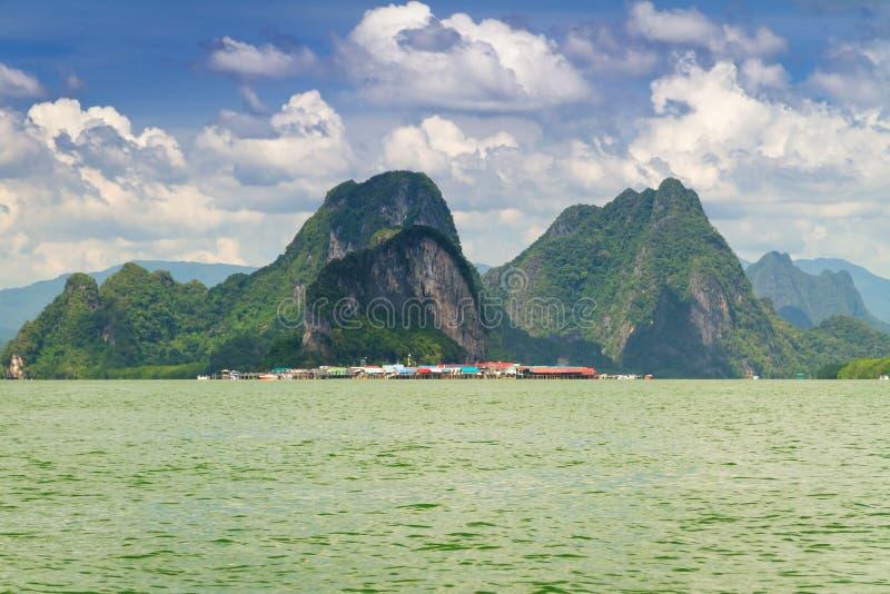 Выселок Panyee Koh построенный на ходулочниках залива Phang Nga стоковая фотография rf