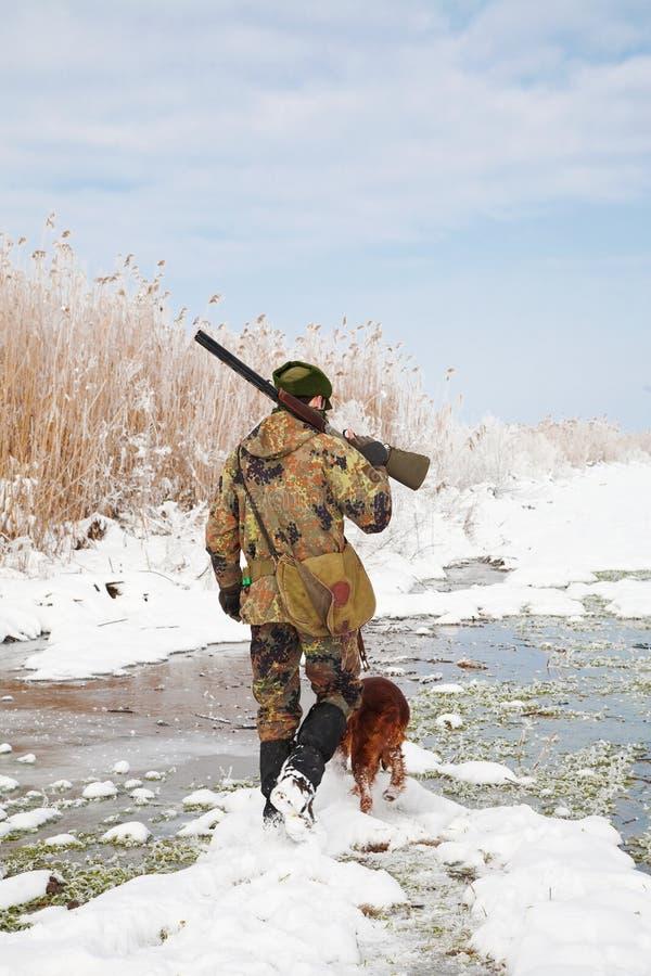 выследите его зиму звероловства охотника hunt стоковое фото rf