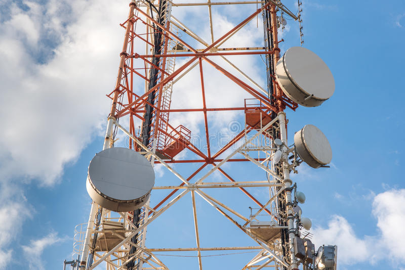 Высокая башня радиосвязи сети с спутниковыми антенна-тарелками стоковое изображение rf