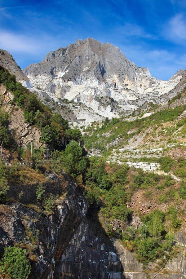 Высокая гора и белые мраморные карьеры стоковые изображения rf