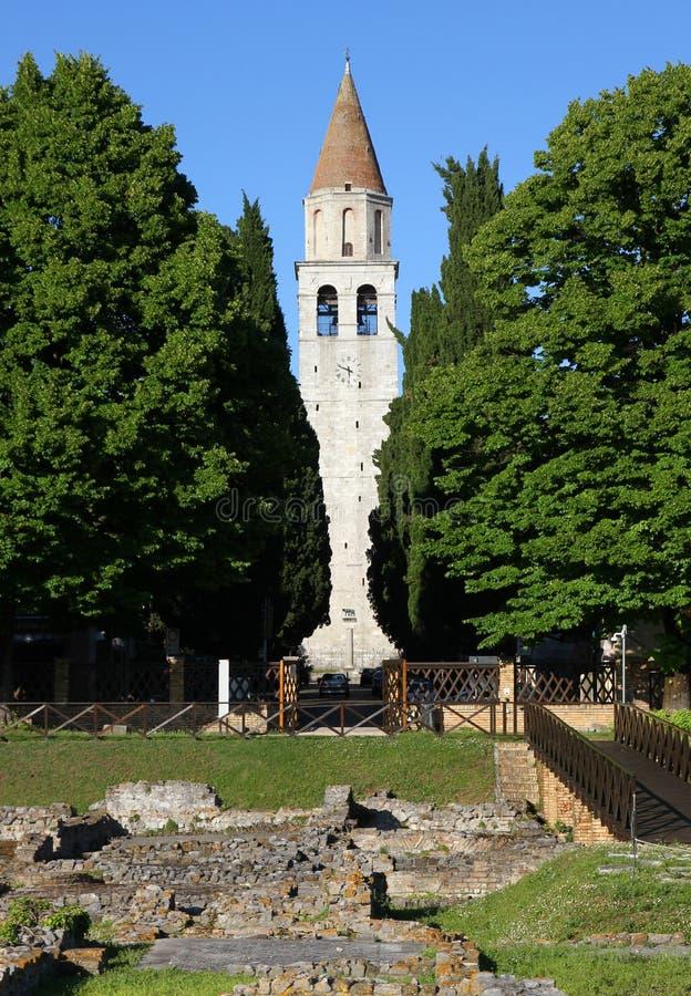 Высокая колокольня древнего города AQUILEIA и старого стоковые фото