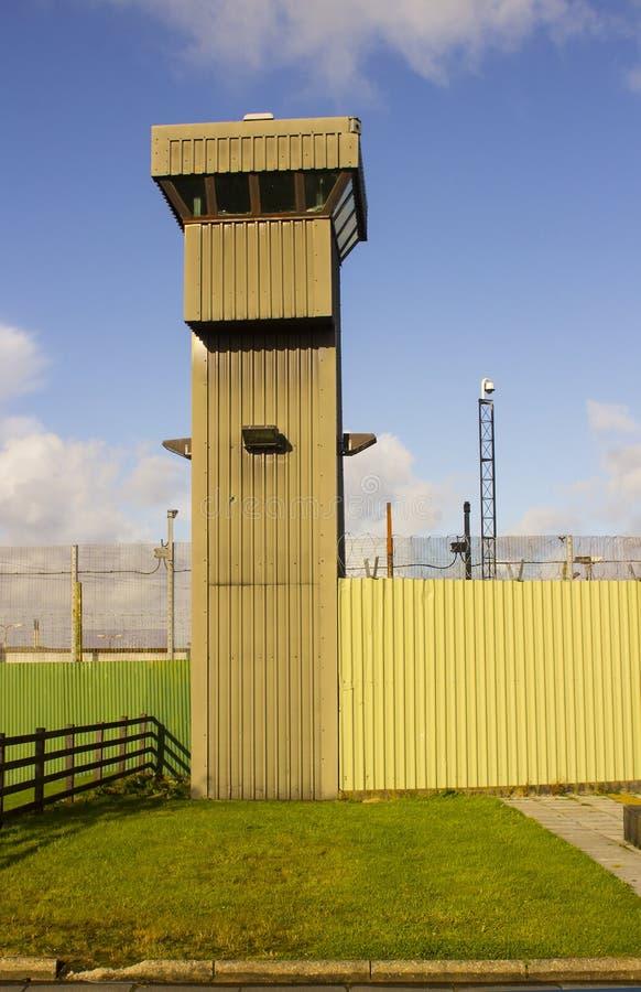 Высокая наблюдательная вышка на угле современной тюрьмы на этап Magilligan в графстве Лондондерри в Северной Ирландии стоковое изображение